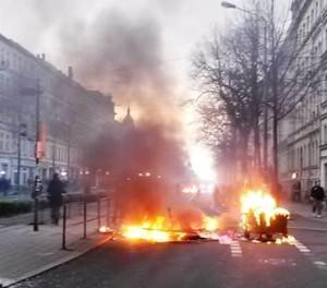Brennende Barrikaden1a